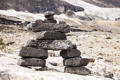 Cairn debout de roche de pierres Photo stock