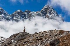 Cairn della montagna sull'itinerario del campo base di Everest dentro Fotografia Stock Libera da Diritti