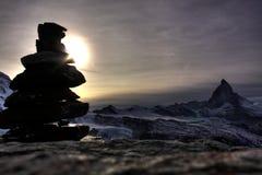 Cairn della roccia e del Matterhorn immagini stock libere da diritti