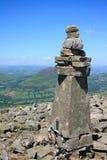 Cairn della sommità sulle montagne nere Immagine Stock Libera da Diritti