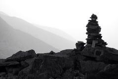 Cairn di pietra su una montagna Immagini Stock