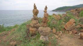 Cairn due che sta su sull'alta roccia Mucchio delle pietre ai precedenti del mare stock footage