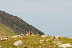 Cairn in montagne di Almaty il giorno di estate Fotografia Stock Libera da Diritti