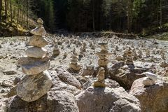 Cairn multipli delle pietre impilate Fotografia Stock