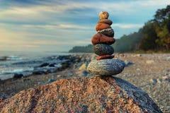 Cairn sostenibile in mare nei colori pastelli Immagine Stock Libera da Diritti