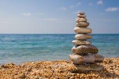 Cairn sur la plage Photos libres de droits