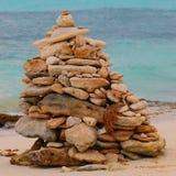 Cairn sur la plage de galets de mer contre le ciel Image stock