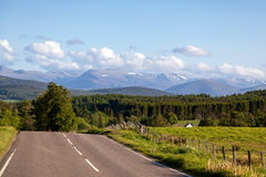 CAIRNGORMS NATIONALPARK, SCOTLAND/UK - MAJ 20: Väg till Caien Royaltyfria Bilder