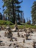 Cairns de roche images libres de droits