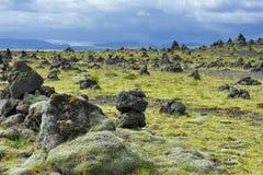 Cairns en pierre chez Laufskalavarda, Islande Image stock