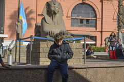 CAIRO, EGYPT - NOVEMBER 22, 2013: A boy sitting near the Sphinx the Egyptian National Museum Stock Photography