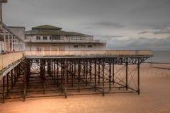 Cais abandonado do louro de Colwyn na maré baixa Foto de Stock Royalty Free