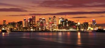 Cais amarelo na noite Skyline financeira iluminada do distrito em Londres, Reino Unido Luzes das janelas do escrit?rio nos arranh fotografia de stock royalty free
