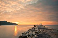 Cais & nascer do sol nebuloso Foto de Stock Royalty Free