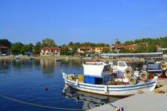 Cais ancorado Grécia dos barcos do pescador Fotos de Stock Royalty Free