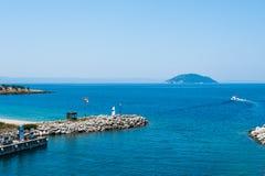 Cais azul, água no mar do monte, as velas do barco no mar foto de stock royalty free