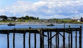 Cais & barcos da aldeia piscatória fotografia de stock royalty free