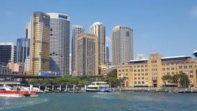Cais circular que limita as costas de Sydney Harbour, mostrando o velho e novo, Sydney NSW Austrália imagem de stock