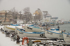 Cais coberto de neve da pesca em Pomorie, Bulgária Imagem de Stock