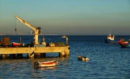 Cais com barcos e guindaste em Cascais fotos de stock royalty free