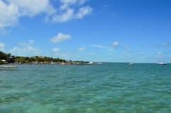 Cais com Crystal Clear Caribbean Waters, calafate de Caye, Belize Imagens de Stock