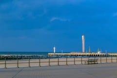 Cais com o farol para navios grandes em Ostende, Bélgica Fotos de Stock Royalty Free