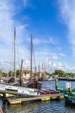 Cais com os barcos velhos em Harlingen Fotografia de Stock Royalty Free