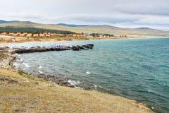 Cais com os navios na vila de Khuzhir na ilha de Olkhon, Sibéria, Rússia Imagens de Stock Royalty Free