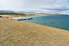 Cais com os navios na vila de Khuzhir na ilha de Olkhon, Sibéria, Rússia Fotos de Stock Royalty Free