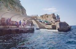 Cais com turistas e barcos Fotografia de Stock