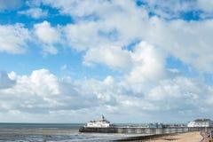 Cais contra um céu nebuloso do verão, Reino Unido de Eastbourne Fotografia de Stock