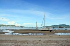 Cais da baía de Chalong quando nível de água baixo em Phuket Tailândia imagem de stock royalty free