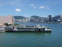 Cais da balsa da estrela em Tsim Sha Tsui e em Victoria Harbour fotografia de stock royalty free