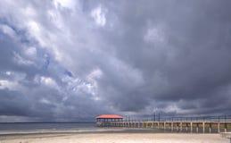 Cais da cidade durante uma tempestade Fotos de Stock Royalty Free