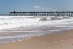Cais da pesca na praia de Kure, NC foto de stock royalty free