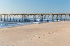 Cais da pesca na praia de Kure, North Carolina imagem de stock