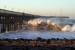 Cais da tempestade da onda de oceano Imagens de Stock Royalty Free