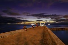 Cais das paredes da praia de Waikiki em um por do sol dourado da hora imagens de stock royalty free