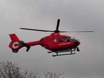 Cais de Aldermaston, Berkshire, Reino Unido, o 3 de abril de 2018: Aterrissagem da ambulância de ar a atender a uma emergência Imagem de Stock Royalty Free