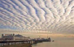 Cais de Brigghton Inglaterra com por do sol bonito Fotografia de Stock Royalty Free