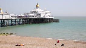 Cais de Eastbourne com praia e ondas filme