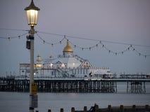 Cais de Eastbourne na luz da noite atrasada Fotografia de Stock