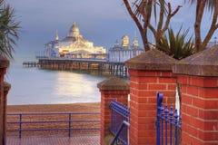 Cais de Eastbourne que basking no sol do fim da tarde fotos de stock royalty free