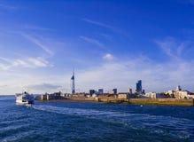 Cais de Gunwharf & torre da vela de fortuna - opinião do mar Imagens de Stock Royalty Free