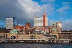 Cais de Landungsbrucken em Hamburgo Alemanha fotografia de stock