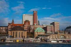 Cais de Landungsbrucken em Hamburgo Alemanha imagem de stock