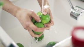 Cais de lavagem da mulher sob o movimento lento do água da torneira filme