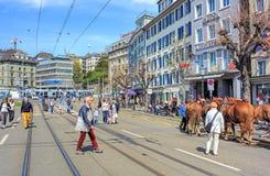 Cais de Limmatquai em Zurique antes da parada de Sechselauten Imagens de Stock Royalty Free