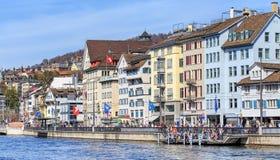 Cais de Limmatquai em Zurique durante a parada do feriado da mola Fotografia de Stock Royalty Free