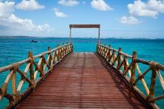 Cais de madeira bonito que conduz ao Oceano Índico de turquesa imagens de stock
